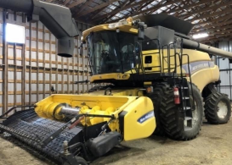2013 New Holland CR8090 Combine