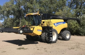 2014 New Holland CR9090 Combine